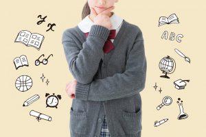 あごに手を置き考える学生