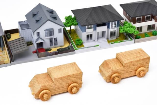 家の前に停まる車の模型