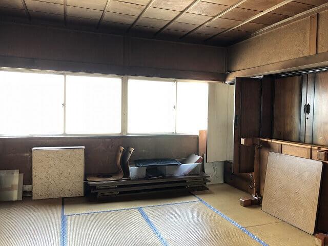 遺品整理の途中の部屋
