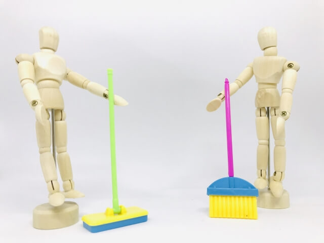清掃道具を持つデッサン人形