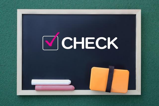 黒板に書かれた「CHECK」の文字