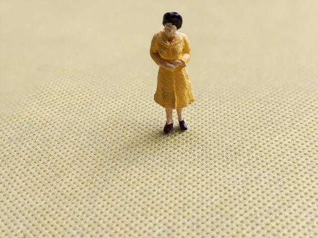 悲しそうな女性の人形
