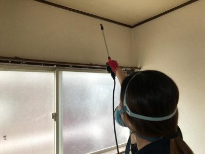 部屋を清掃する作業員