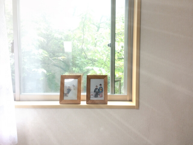 窓辺の写真立て