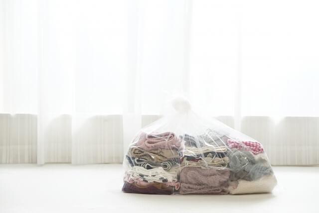 透明な袋に入った衣類