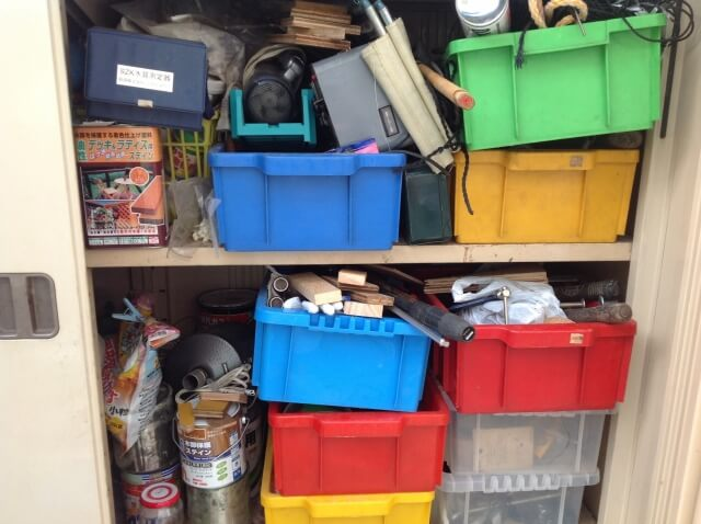 物がいっぱいに詰まった倉庫