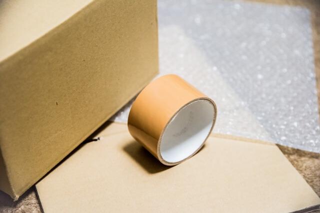 段ボール箱とガムテープ