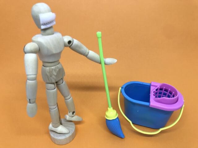 掃除をする人形