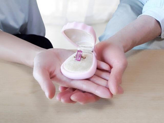 指輪を渡す様子