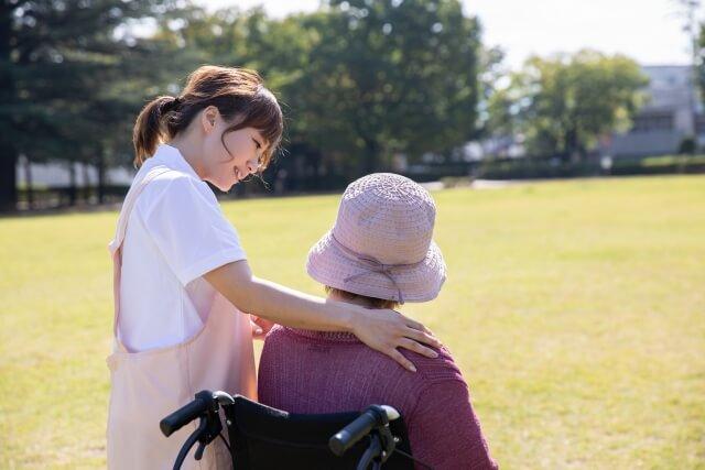 高齢者を見守る介護士