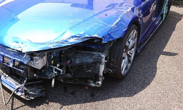 破損した車