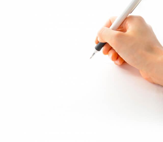 ペンを持つ指