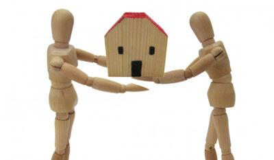 模型の家を渡す様子